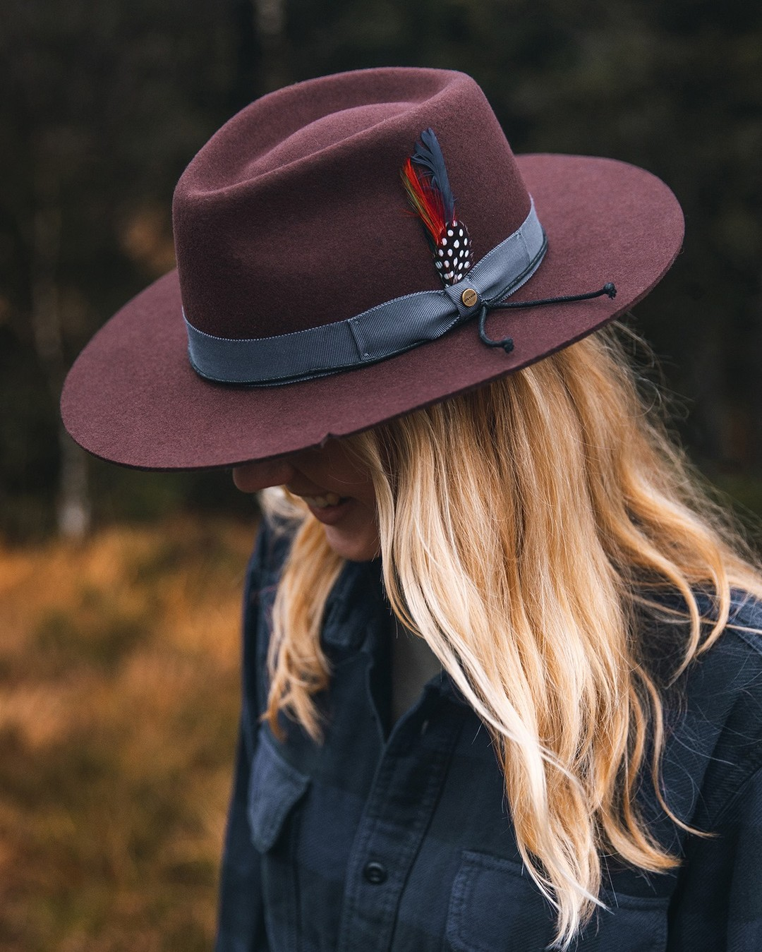 Lady-in-red--muenchmax-stetsonoutdoor-stetson-stetsoneurope-collection-autumnwinter2021-aw21-hat-hats-outdoor-nature-travelling-fashion